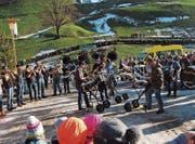 Die Guggemusig Moslig machte auf der Silvestertour beim grössten Adventskranz der Welt Station. (Bild: PD)