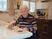 Charly Güntert kann sich genau an die Flugzeugabstürze des Jahres 1944 erinnern und liest noch heute gerne Artikel in der Zeitung, die sich mit der damaligen Zeit auseinandersetzen. (Bild: Beat Lanzendorfer)