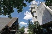 Kirchenlandschaft Riethüsli: Die moderne reformierte Kirche (rechts) und daneben das Zeltdach der katholischen Kirche. (Bild: Hanspeter Schiess)