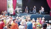 Kassensturz-Moderator Ueli Schmelz spielt mit seiner Band am Kinderland-Open-Air selbstkomponierte Kinderlieder. (Bild: Urs Bucher)