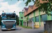 Donnerstag, kurz vor 12 Uhr bei Bima Energie in Münchwilen: Ein holländischer LKW steht auf der Waage zur Warenanlieferung. (Bild: Hans Suter)