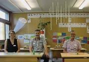 Schulratspräsidentin Anneliese Leitner sowie Viktor Brandes und Christian Würth von der Baukommission im umgenutzten Mehrzwecksaal des Schulhauses Brühl in Berg SG. (Bild: Sebastian Schneider)
