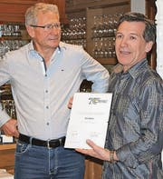 Willi Bont (links) wird Ehrenmitglied. Die Urkunde überreicht Clubpräsident Walter Mattle. (Bild: pd)