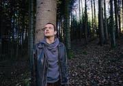 Allein im Wald: So wird der Pfarrer Patrick Schwarzenbach seinen nächsten Sommer verbringen. (Bild: Ralph Ribi)