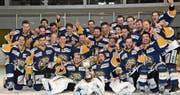 Die Rheintaler Spieler feiern eine Saison, wie sie im Schweizer Eishockey wohl noch nie einer Mannschaft gelungen ist: 34 Siege in 34 Spielen. Der Aufstieg mit Ostschweizer 2.-Liga-Meistertitel ist die logische Folge dieser Serie. (Bild: Yves Solenthaler)