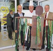 Die Kupferplastik «convivo-Mama» ist ein Geschenk der bisherigen Leiterin Gastronomie Jaqueline Haller an SFS intec. Von links: Josef Etterlin, Area Manager SV Group; Silvano Comincioli, Leiter Restaurant, und Helmut Binder, CEO SFS intec. (Bilder: Susi Miara)