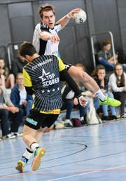 Niels Ham von Fortitudo Gossau im Zweikampf gegen Zdrahala Ondrej vom TSV St.Otmar. (Bild: (Ralph Ribi))