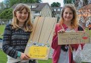 Leonie Mathis (links) und Nina Tiric verkaufen die im Werkunterricht hergestellten Wiesenau-Abzeichen unter den Fussballfans.