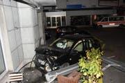 Der Mann verletzte sich, am Auto entstand Sachschaden in der Höhe von 15'000 Franken. (Bild: KAPO)