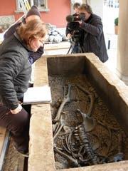 Der Sarkophag wird gefilmt. (Bild: Amt für Archäologie)