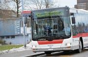Die Buslinie 12 hat sich bewährt. Sie soll im Dezember ihren regulären Betrieb aufnehmen und mit der Linie 10 verbunden werden. (Archivbild: Ralph Ribi)