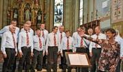 Der Männerchor Eintracht Dietfurt-Ganterschwil unter der Leitung von Regula Bürge nach ihrem Auftritt am Sängertag in der Kirche St.Josef. (Bild: Peter Jenni)