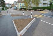 Ein Teil der Strassenverengungen an der Kreuzung Herrenhof- und Schöntalstrasse ist gemacht. Die Strassenüberquerung ist um die Hälfte kürzer. Die Fussgängerstreifen bleiben erhalten. (Bilder: Urs Bänziger)