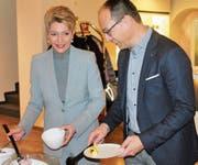 Müsli und Früchte: Ständeratspräsidentin Karin Keller-Sutter und Ständerat Marc Mächler am Buffet im Hotel Uzwil. (Bilder: Andrea Häusler)