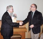 Freuen sich: der neue Pfarrer Emil Hobi (links) und der Präsident des Kirchenverwaltungsrats Peter Burkhard anlässlich der Versammlung in Ebnat-Kappel. (Bild: Stefan Füeg)