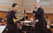 Dirigent Mirco Capra führt den Solisten Hubert Renner durch Mozarts Es-Dur-Hornkonzert. (Bild: Carola Nadler)