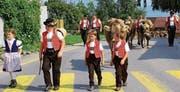 Bei schönstem Wetter fand der Alpabzug von Schaien-Rossberg statt, morgen Freitag wird Köbi Altherr (r.) seine erste Saison auf der Alp Feusen beenden und die Tiere ins Tal zurückbringen. (Bild: pd)