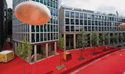 August 2011: Der rote Teppich ist ausgelegt. Er reicht über die Gartenstrasse (vorne) durch die ersten Raiffeisen-Bauten bis zur Wassergasse. Über der Strasse hängen an Kartoffeln erinnernde Leuchtkörper. (Archivbild: Urs Jaudas)