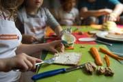 Die heutigen Mittagstische sollen in der Stadt Gossau zu vollwertigen Tagesstrukturen ausgebaut werden, welche auch ausserhalb der Unterrichtszeiten besucht werden können. (Symbolbild) (Bild: GEORGIOS KEFALAS (KEYSTONE))