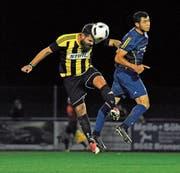 Luca Cavegn vom SC Bronschhofen (gelb) gewinnt dieses Luftduell gegen Evgeniy Kononenko. (Bild: Urs Nobel)