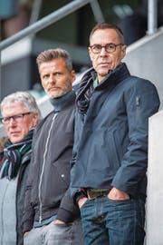 Konzentrierte Beobachter: Der neue Präsident Matthias Hüppi (rechts), der neue Sportchef Alain Sutter (Mitte) und der langjährige Assistenztrainer Werner Zünd. (Bild: Urs Bucher)