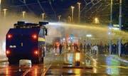 Jugendbewilligungen statt Wasserwerfer: Nach Krawallen im Herbst führte Zürich spezielle Bewilligungen für Freiluftparties ein. (Bild: ky/Walter Bieri)
