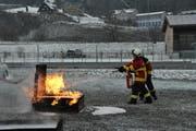 Ein Feuer zu löschen will gelernt sein. (Bild: Sabine Schmid)