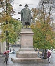 Ist das Vadian-Denkmal schuld daran, dass Gallus im Himmel weinen muss und es zur Olma-Zeit in St. Gallen oft regnet? Eine Lokalzeitung vermutete das 1902. (Bild: Samuel Schalch)