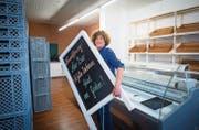 Noch sind die Regale leer: Geschäftsführerin Rika Schneider legt im Bäckereiladen Äss-Bar an der Lämmlisbrunnenstrasse letzte Hand an. (Bild: Ralph Ribi)