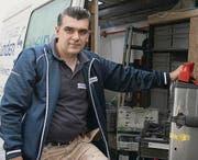 In der mobilen Werkstatt hat der Schreiner Zlatko Mijatovic alles dabei. (Bild: Julian Stiefel)