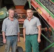 Maschinist Sepp Oeler (links) und Präsident Sepp Willi müssen Abschied von der Grastrocknungsanlage nehmen. Am Donnerstag war der letzte Betriebstag vor der endgültigen Schliessung. (Bild: Monika von der Linden)