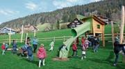 Die Kinder zögern nicht lange, die Spielgeräte auf dem neuen Spielplatz in Wildhaus auszuprobieren. (Bild: Chiara Weber)