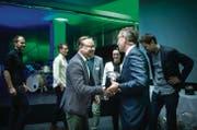 Andreas Frischler, Geschäftsführer der Frontify AG, bekommt von Jurypräsident Roland Ledergerber den ersten Preis überreicht. (Bild: Benjamin Manser)