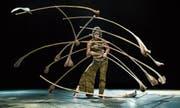 Mädir Eugster und seine Töchter Lara und Marula beherrschen die weltberühmte «Sanddorn-Balance». Marula Eugster zeigt sie als Höhepunkt im aktuellen Programm «Wings». (Bild: PD)
