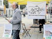 Tierschützer Erwin Kessler (Bild rechts) versuchte mittels einer Standaktion auf seine Anliegen aufmerksam zu machen. Nur wenige Leute liessen sich aber auf Diskussionen ein. (Bilder: Ramona Cavelti)
