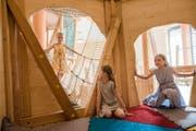 Im öffentlichen Teil der Jufa-Hotels wird auch ein Spielbereich für die ganze Familie angeboten. Im Bild spielen Mädchen im Spielhaus des Indoorspielbereichs im Jufa-Hotel Stubenbergsee. (Bild: PD)