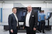 Kellenberger-Chef Urs Baumgartner (links) und Verwaltungsrat Jürg Kellenberger vor einer brandneuen Schleifmaschine. (Bild: Ralph Ribi,)