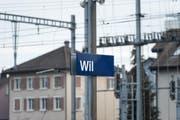 Beim Bahnhof Wil prügelten sich am Samstag Zürcher und Lustenauer Fussballfans. (Bild: Michel Canonica)