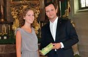 Désiré Gasser (WMS 4E) aus Rebstein hat mit der Note 5,6 als beste Schülerin des Jahrgangs die Berufsmatura abgeschlossen. Marcel Rzeplinski verleiht ihr den Anerkennungspreis des Ehemaligenvereins.