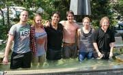 Fürs Foto gingen sie noch einmal freiwillig ins Wasser, die frisch Gegautschten (v. l.) Joel Wagner, Alessia Ferrari, Görkem Saydan, Dario Pizzingrilli, Carmen Sieber und Matthias Rohrer.