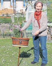«Dieser Wanderstock würde sich gut zum Picknicken eignen», sagt Evelyn Rigotti mit einem Schmunzeln im Gesicht über den Preis des Vereins Kultur Toggenburg. (Bild: Alexandra Scherrer)