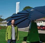 Marc Zysset, Geschäftsleiter Säntis Energie AG, neben der Smart Flower in Unterwasser. (Bild: Adi Lippuner)