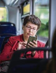 «Sitze im Bus» – der Titel ihres Buches beschreibt, wie, wo und über was Claudia Vamvas twittert. (Bild: Michel Canonica)