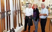 Der mittlerweile verstorbene Noldi Beck (rechts) führte die Besucher in seinem Museum in die Welt des Skisports ein. (Bild: Eddy Risch, 1. Oktober 2011)