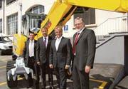 Das Management der Menzi Muck AG: René Bürgler und Christoph Schumacher mit den Rheintal-Assets-Verwaltungsräten Roland Dietsche und Franz Lässer (von links). (Bild: pd)
