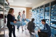 Teamwork für optimale Betriebsabläufe: Mitarbeitende des Spitals Wattwil richten im Hinblick auf den Umzug einen Materialraum ein. (Bild: PD)