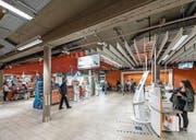 Wo bis vor kurzem drei bediente Kassen standen, wurde in der Migros Neumarkt ein dritter Eingang geschaffen. (Bild: Hanspeter Schiess)