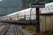 Ein Zug bei der Durchfahrt im Bahnhof Ziegelbrücke. (Bild: Archiv/Keystone)