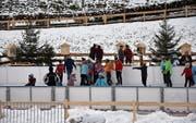 Auf dem Eisfeld mitten im Weltrekord-Adventskranz von Mosnang wird noch bis zum Silvester Betrieb sein. (Bild: Beat Lanzendorfer)