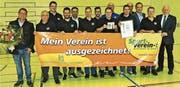 Funktionäre des FC Au-Berneck 05 freuten sich mit den Gästen über die Auszeichnung. (Bild: Ulrike Huber)